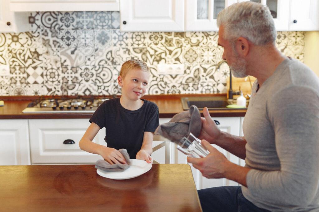 Vader praat met kind in keuken