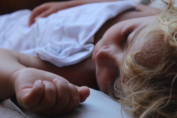 Slapend kind onder wit laken