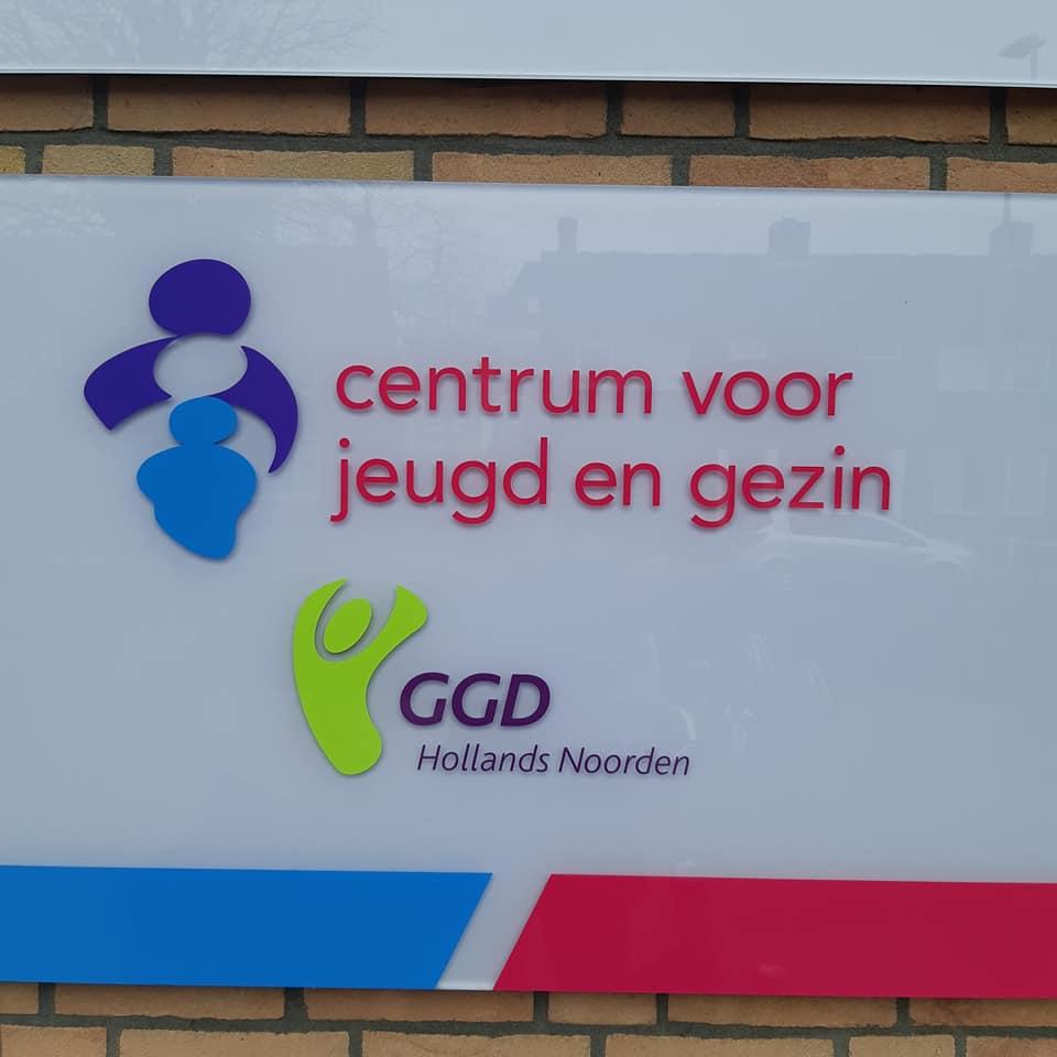 Bord met daarop het logo van het CJG en de GGD Hollands Noorden