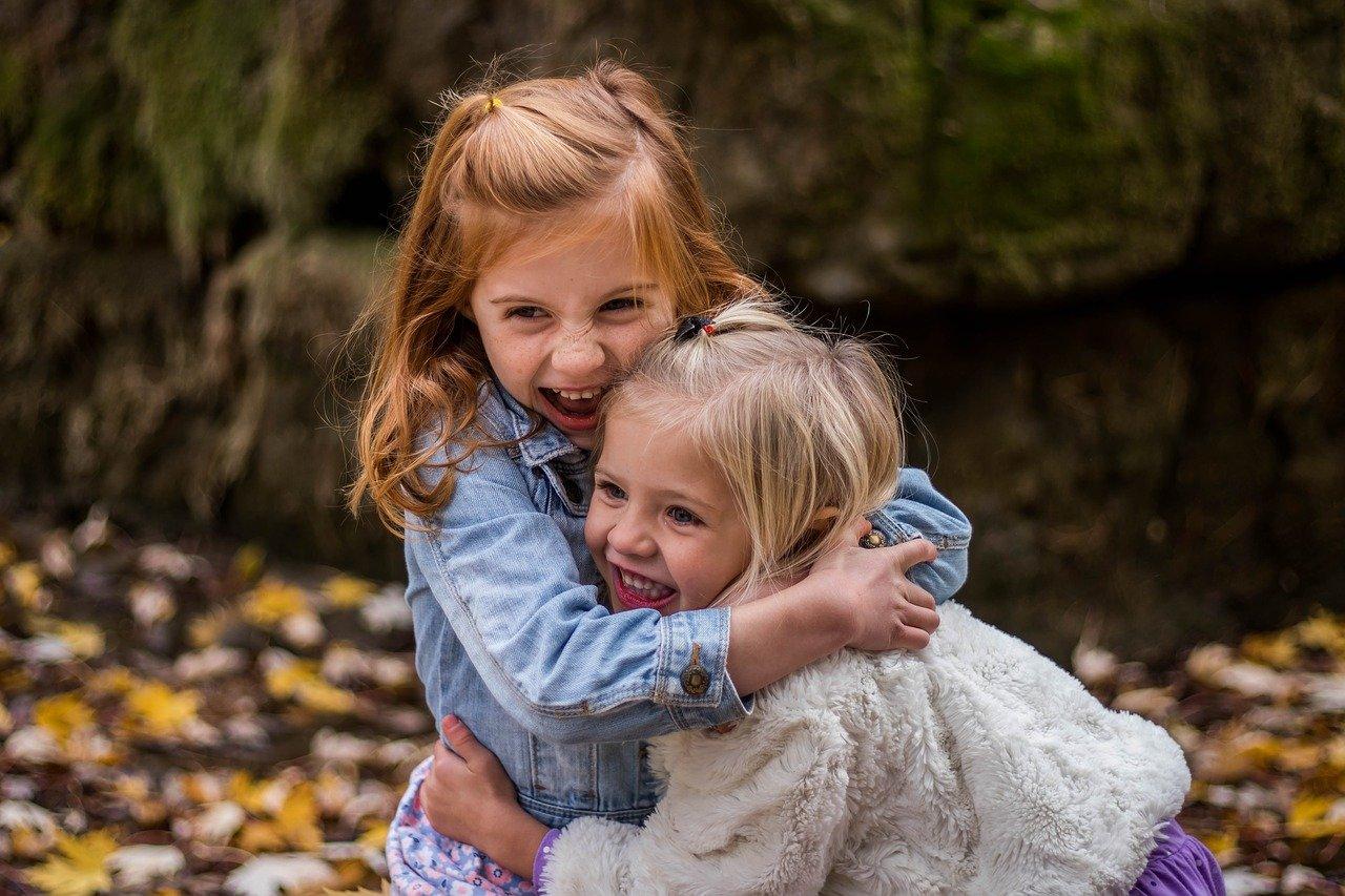 twee meisjes omarmen elkaar