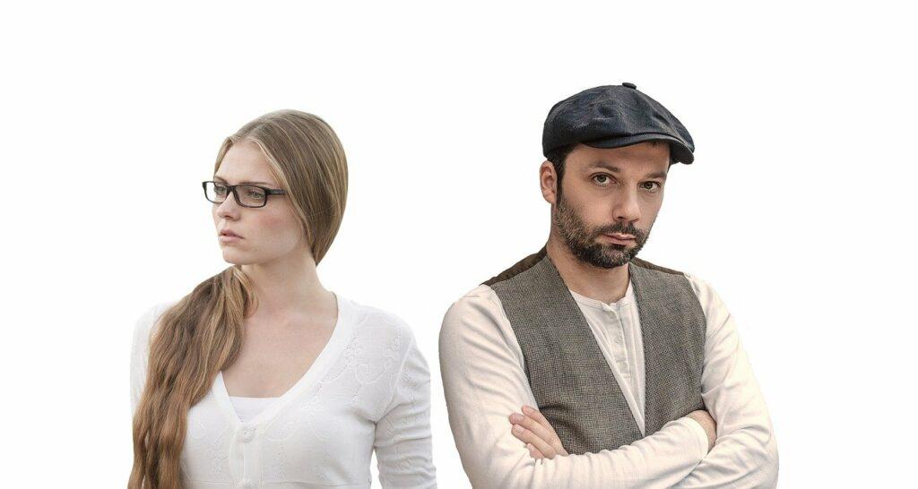 Man en vrouw die van elkaar wegkijken