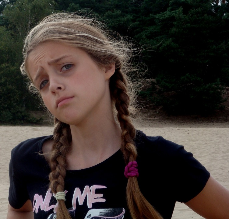 Stoer puber meisje met fronsende blik