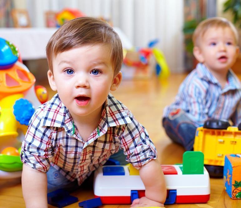 twee peuters spelen met kleurrijk speelgoed