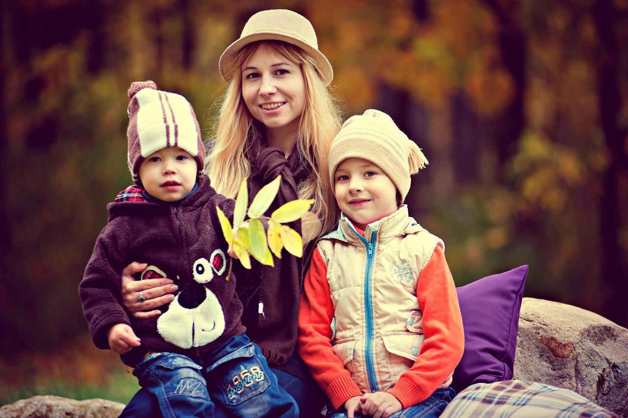 Moeder met twee kindjes in de natuur