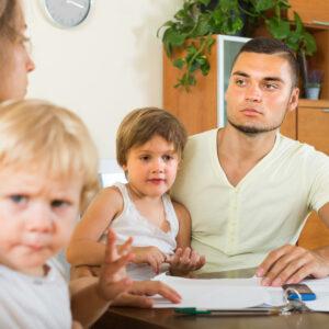 Jong koppel met twee kinderen