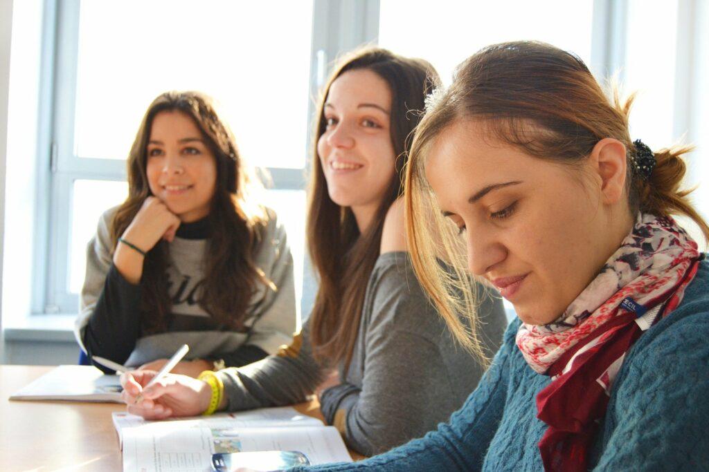 Drie tienermeisjes in klas