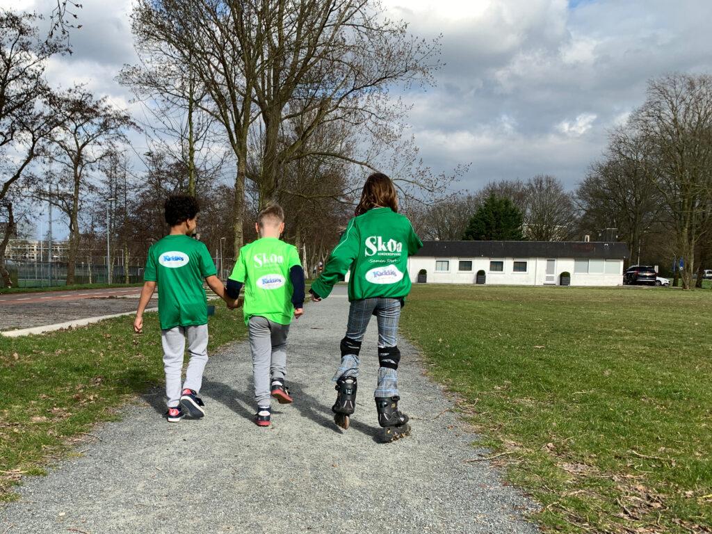 drie kinderen wandelen