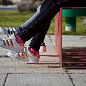 twee paar benen met sportschoenen