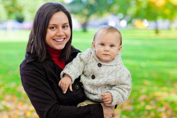 Jonge moeder draagt baby