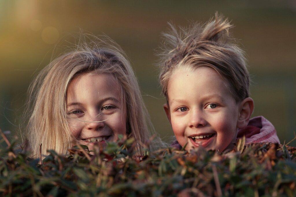 twee lachende kinderhoofden