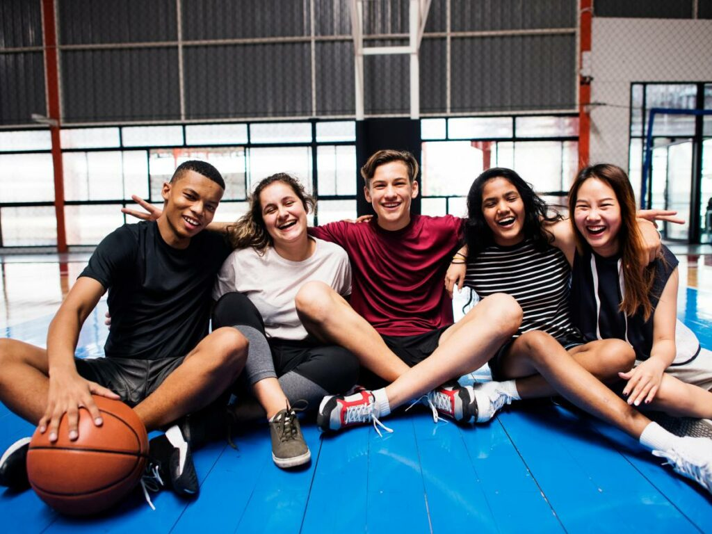 groepje jongeren in sportkleding