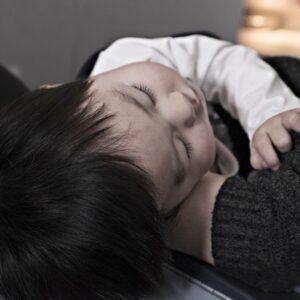 Moeder houdt slapend kindje vast