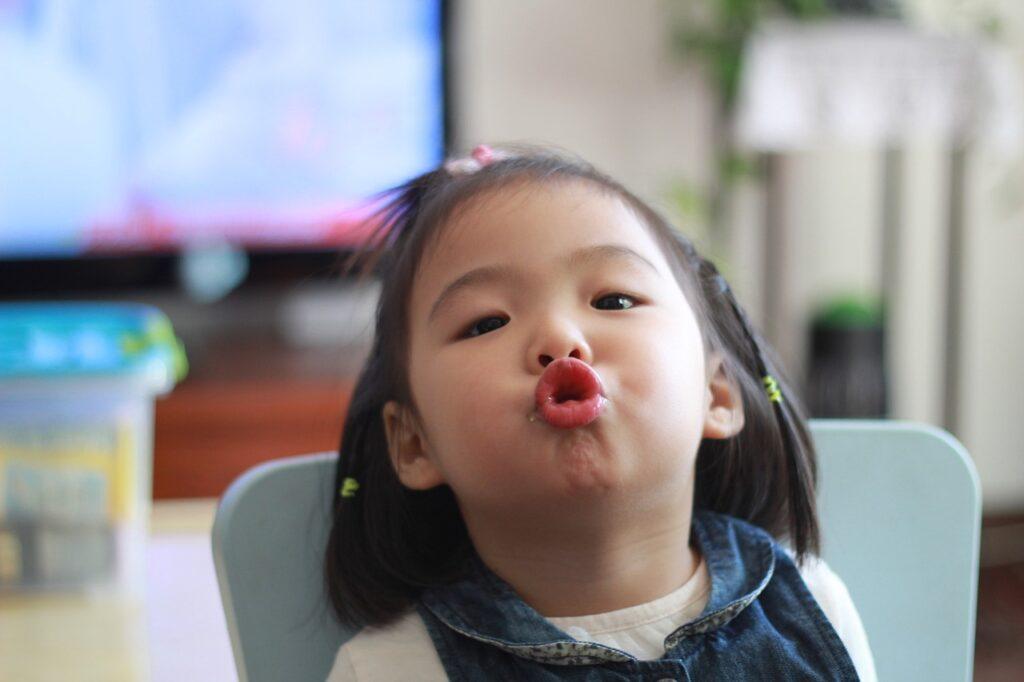 Klein meisje trekt gek gezicht