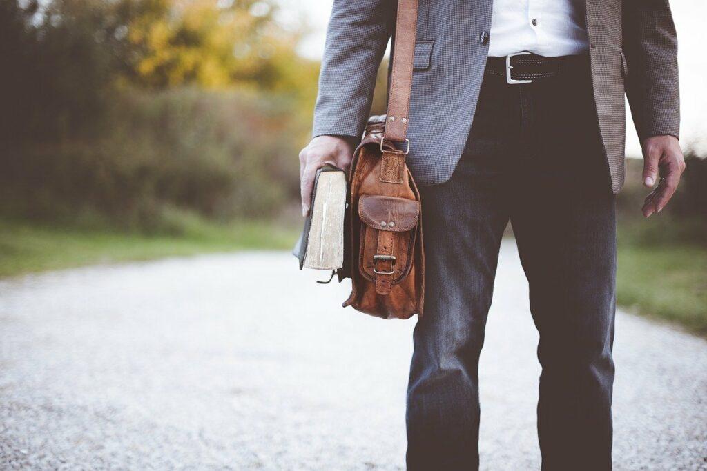 man wandelt naar zijn werk