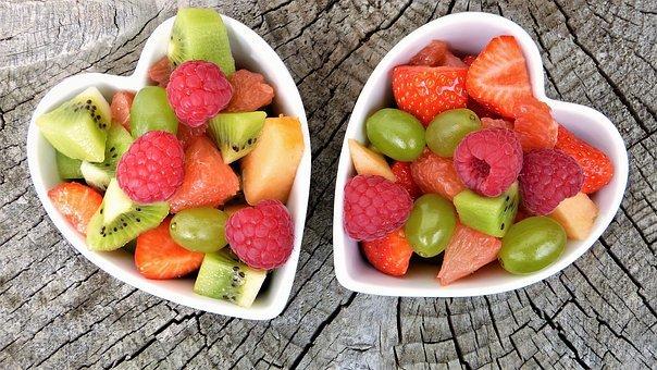 twee schaaltjes vers fruit