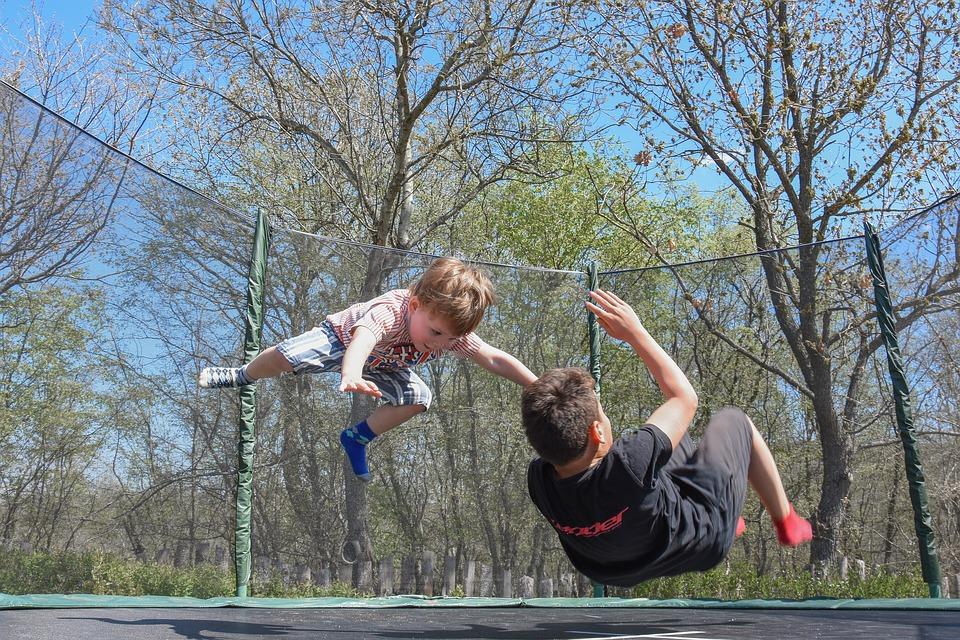 twee jongens springen op trampoline
