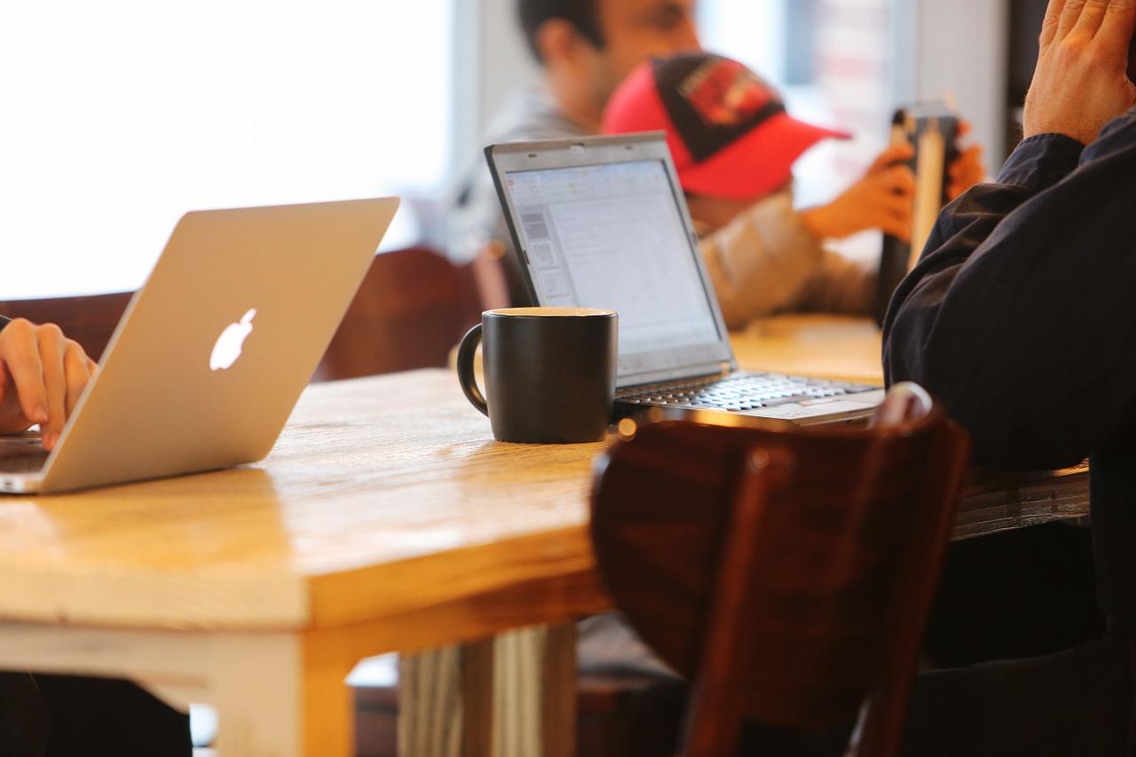 laptop en kop koffie