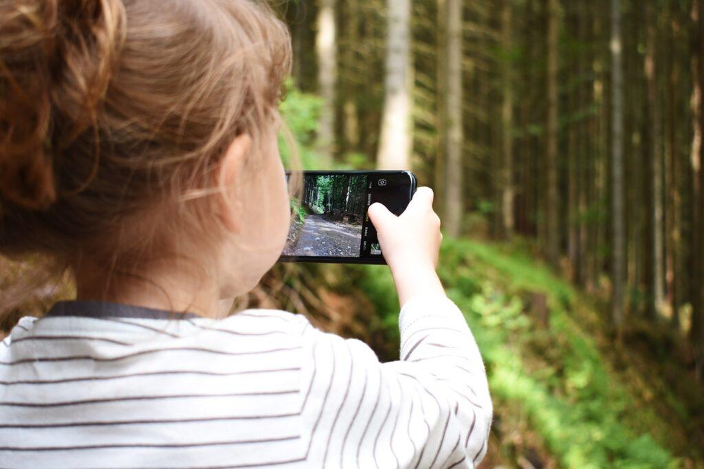 meisje maakt foto met smartphone
