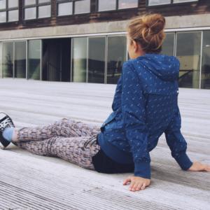 Jong meisje zit op plankenvloer