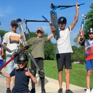 6 kinderen die hun step omhoog houden