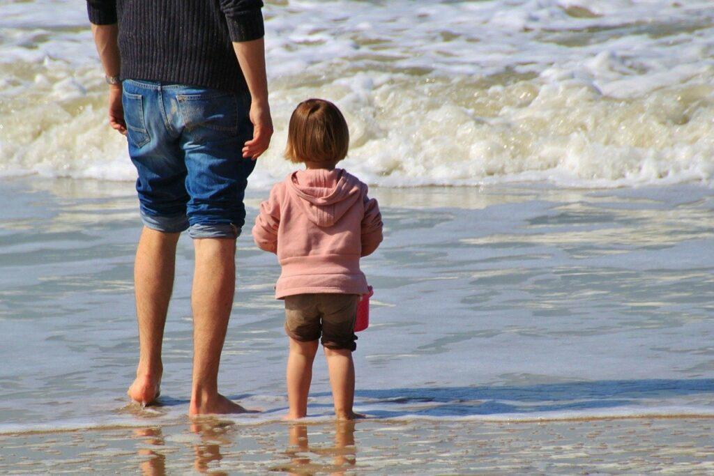vader met kleuter aan zee