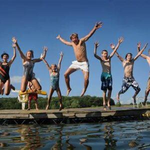 Gezin dat blij in het water springt
