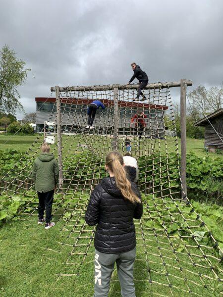 Kinderen buiten spelen op houten klimrek