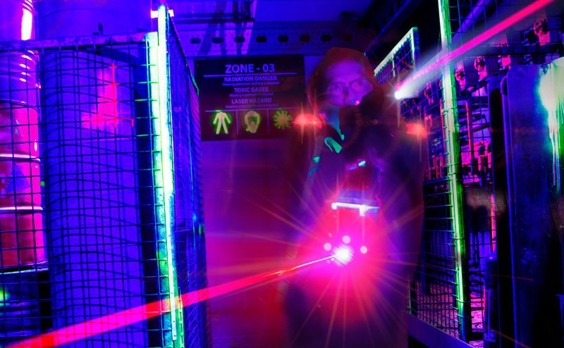 Jongere met laser neemt deel aan lasergamen