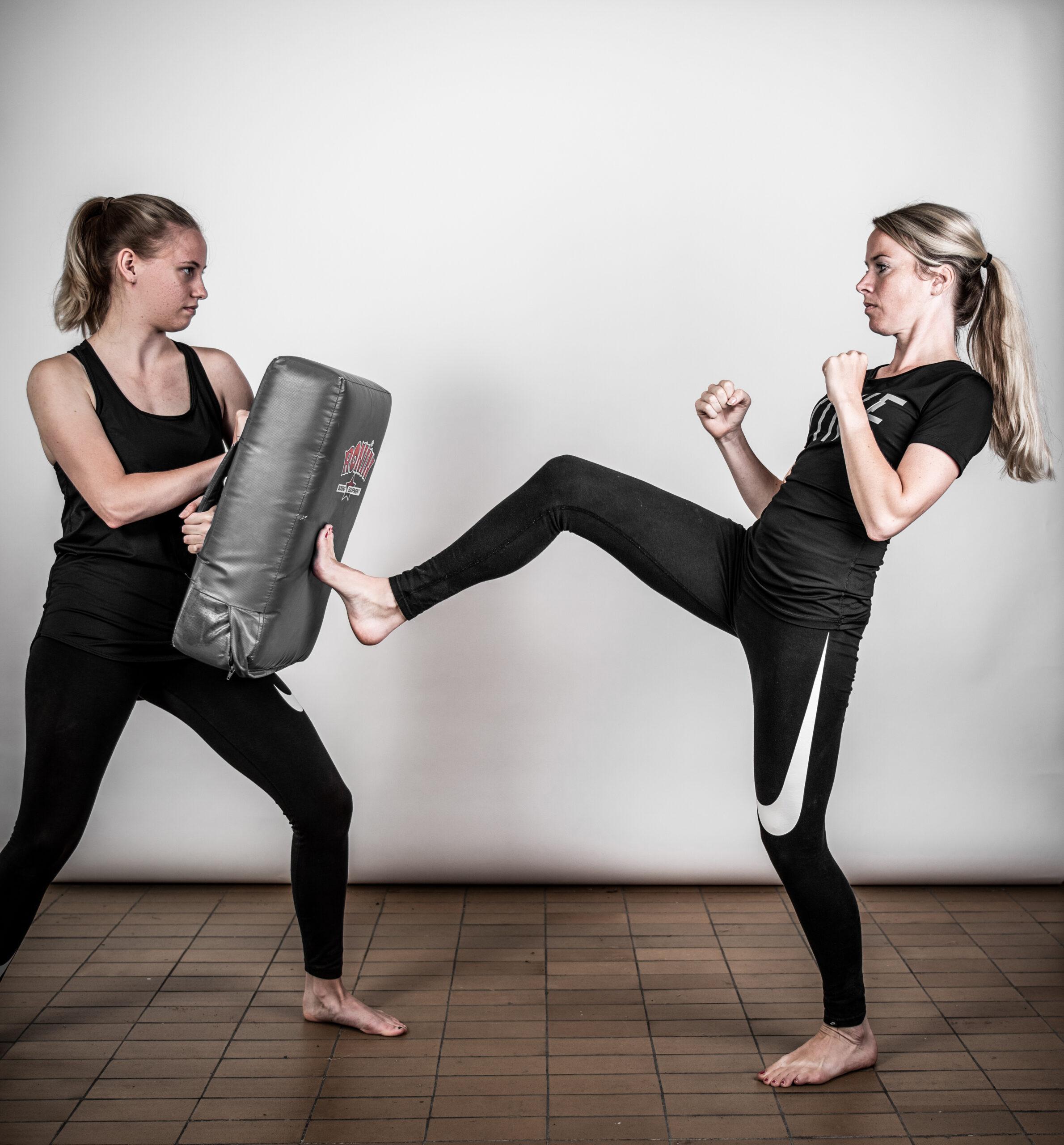 zelfverdedigingsactie van twee meiden