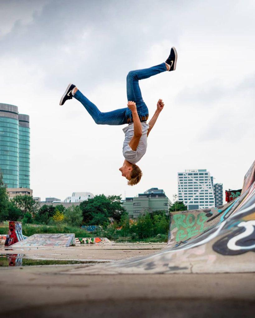 Foto van jongen die salto springt bij free run clinic