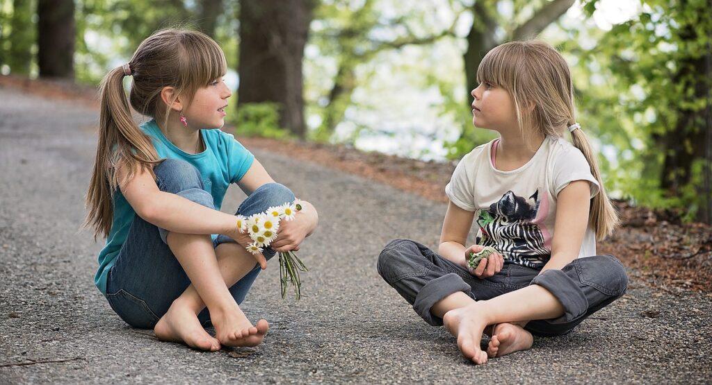 twee meisjes in gesprek