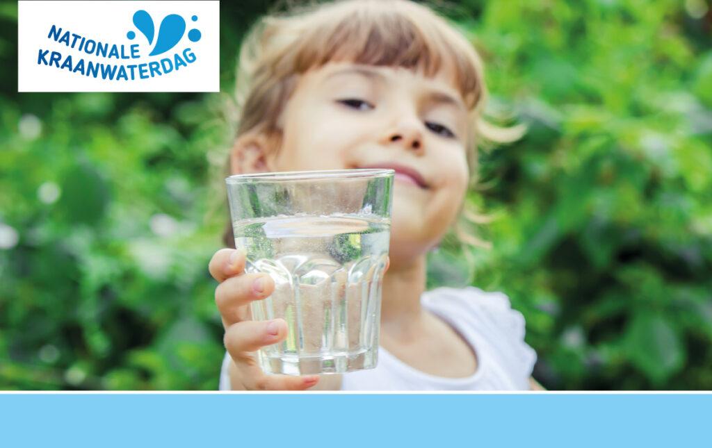 meisje met glas kraanwater