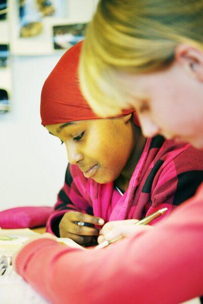 twee meisjes aan het schrijven