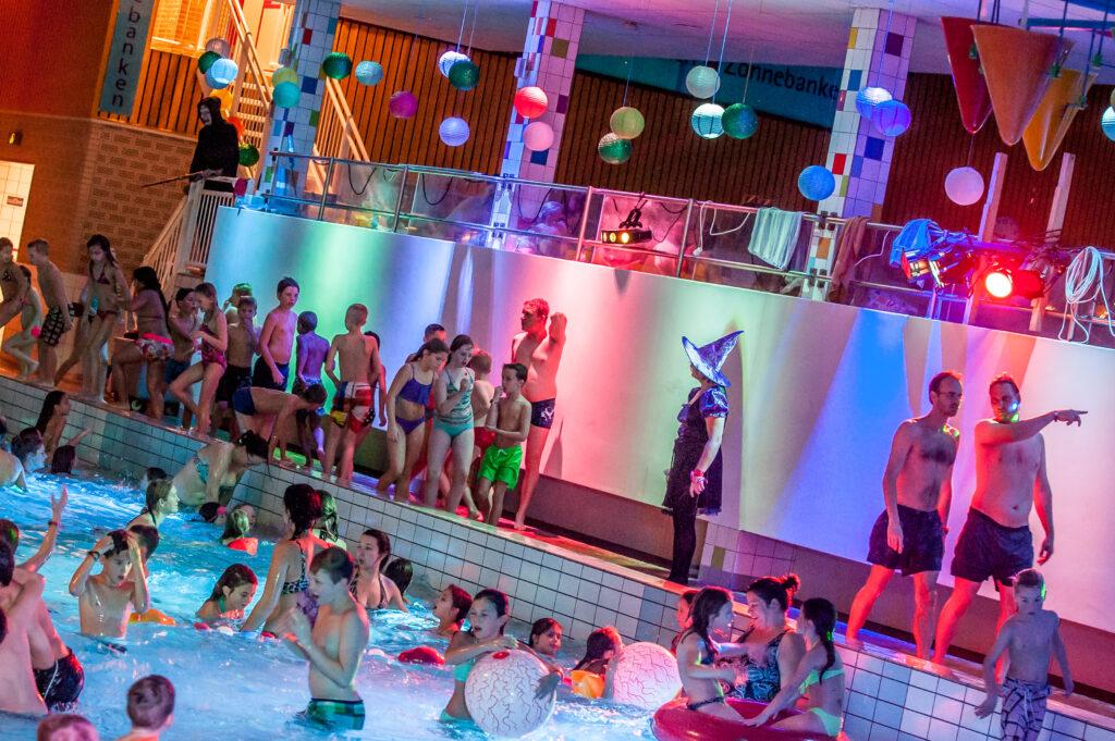 Kinderen in zwembad tijdens thema disco Halloween