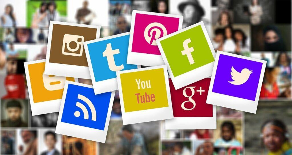 Afbeelding van kaartjes met daarop de logo's van diverse sociale media zoals facebook en twitter